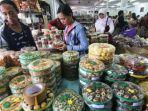 warga-membeli-camilan-di-toko-makanan_20180611_173644.jpg