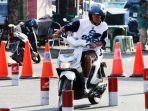 warga-mengendarai-sepeda-motor-saat-mengikuti-latihan-uji-kompetensi-sim.jpg