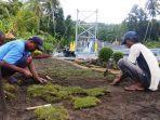 warga-swadaya-menanam-rumput-dan-membuat-taman-di-sekitar-jembatan-nawa-cita.jpg