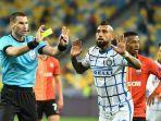 wasit-georgi-kabakov-kartu-kuning-arturo-vidal-di-liga-champions-shakhtar-donetsk-v-inter-milan.jpg
