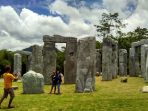 wisatawan-berfoto-ria-dia-stonehenge_20170309_133126.jpg