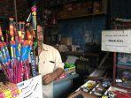 wisnu-penjual-kembang-api-di-jl-kusumanegara-yogyakarta-saat-melayani-pembeli.jpg