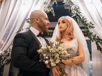 yuri-tolochko-akhirnya-menikahi-dengan-boneka-seks-margo-yang-mengenakan-gaun-putih.jpg