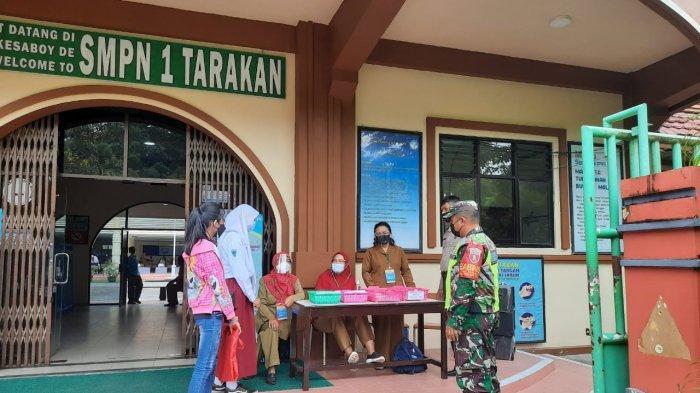 Cek Kesiapan Sekolah, Babinsa Ikut Pantau Protokol Kesehatan Covid-19 di PPDB SMP Negeri 1 Tarakan