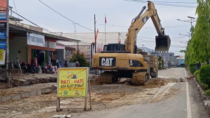Alat berat yang melakukan pekerjaan di ruas Jl Kolonel Soetadji Tanjung Selor. Potensi pajak alat berat diklaim besar di Kaltara.