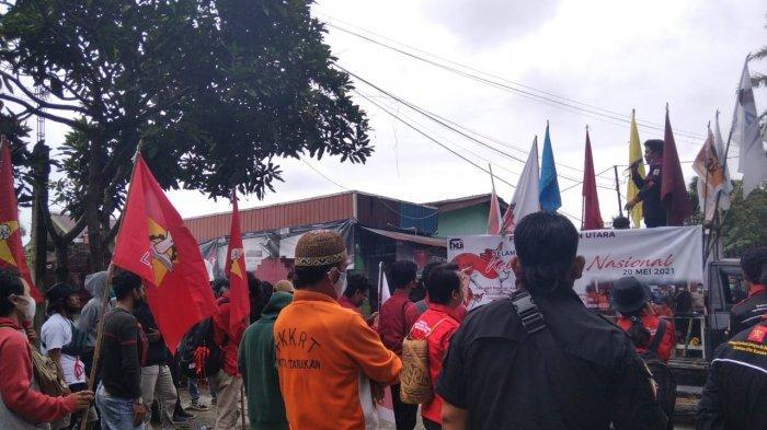Puluhan buruh dan mahasiswa tergabung dalam Aliansi Gebrak menuntut PT Intracawood Manufacturing membayarkan hak karyawan, Kamis (20/5/2021).