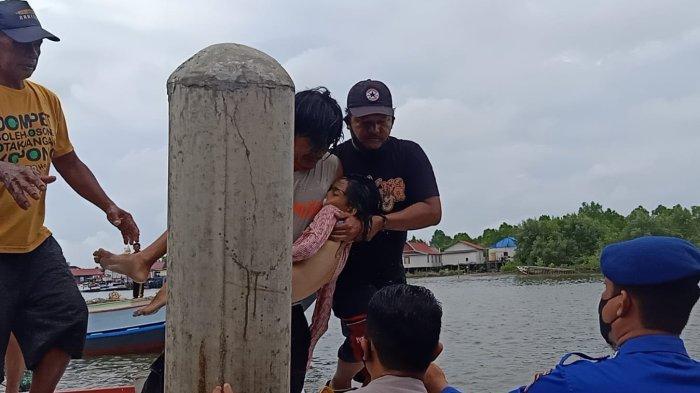 Situasi saat jasad korban, Tarandita (10), ditemukan dengan jarak 10 meter setelah sebelumnya dilaporkan tenggelam, Kamis (30/9/2021).