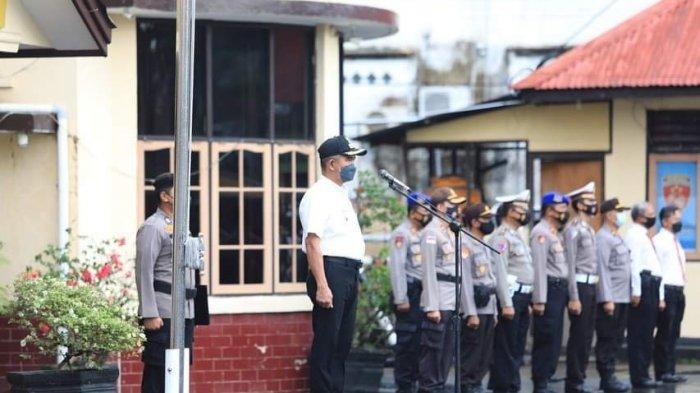 Wali Kota Tarakan, dr Khairul, MKes saat menjadi inspektur upacara dalam momen Apel Gelar Pasukan Operasi Ketupat  Kayan tahun 2021.