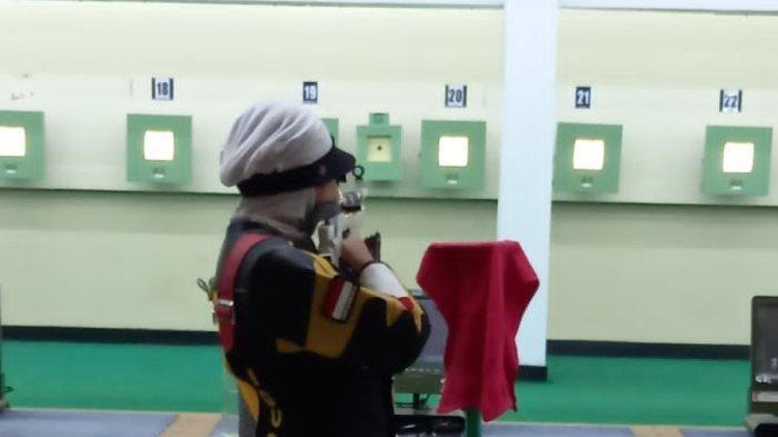 Igustin Arinda Putri, atlet menembak Kaltara, saat latihan teknik menembak di Senayan, Jakarta, belum lama ini.