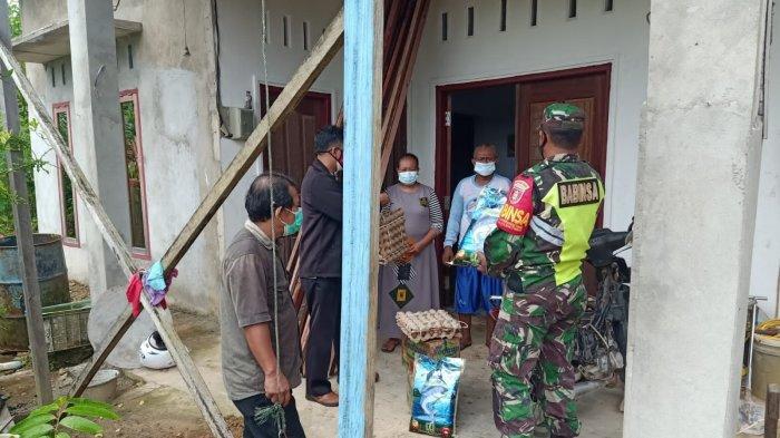 Sertu Arifin Babinsa Koramil 0907/01 Tarakan Timur saat memastikan kondisi warga yang sedang isoman sekaligus memberikan paket sembako