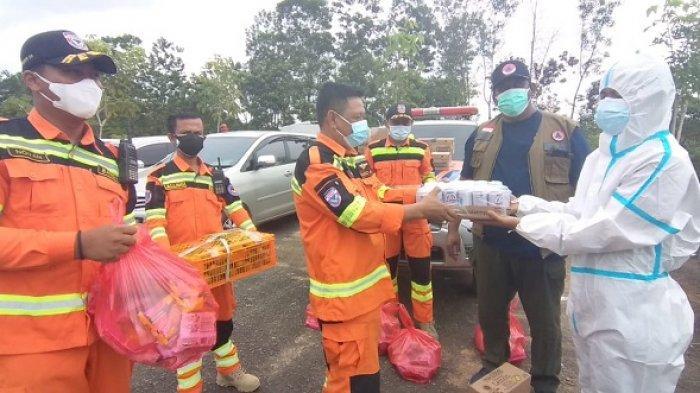 Relawan Bantuan Darurat (Banda) Indonesia Balikpapan terus memberi semangat kepada para penggali makam jenazah Covid-19 di TPU Km 15, Karang Joang, Balikpapan Utara dengan memberikan bantuan sembako dan sumplemen.