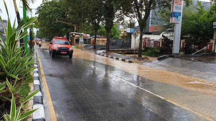 Kondisi banjir bandang di ruas jalan RE.Martadinata (Depan SMA HangTuah Tarakan) dan jalan Mulawarman arah Hotel SwissBell Tarakan serta Jalan Wijaya Kusuma pagi tadi.