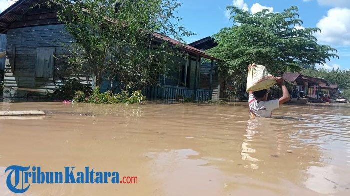 Rumah warga rusak parah diterjang banjir di Kecamatan Mentarang, Kabupaten Malinau, Provinsi Kalimantan Utara, Minggu sore (16/5/2021). (TribunKaltara.com / Mohamad Supri)
