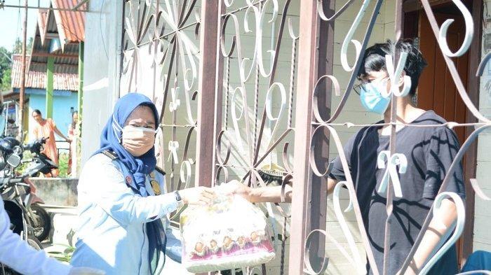 """Gelar """"Kemenkumham Berbagi"""", Imigrasi Nunukan Bagikan 100 Paket Sembako bagi Pasien Isoman Covid-19"""