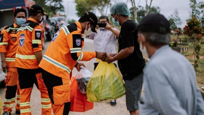 Peduli Penggali Kubur Jenazah Covid-19 di Balikpapan, Relawan Banda Indonesia Bagikan Makanan Segar
