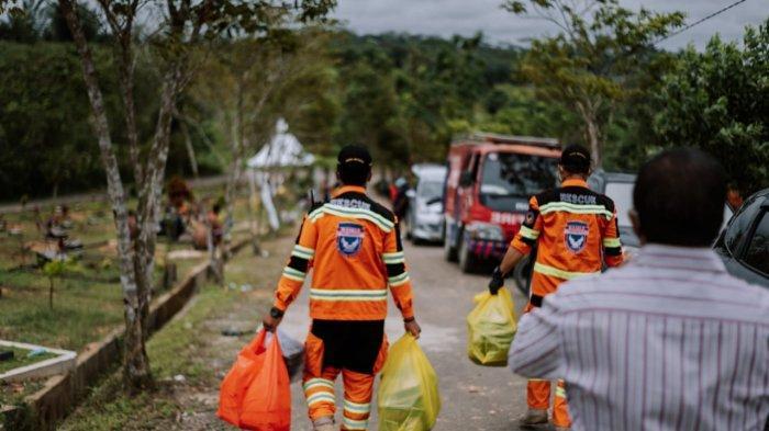 Relawan Banda Indonesia memberikan bantuan makanan kepada para penggali kubur untuk pemakaman jenazah yang terpapar Covid-19 di Pemakaman Khusus Covid Km 15, Karang Joang, Balikpapan