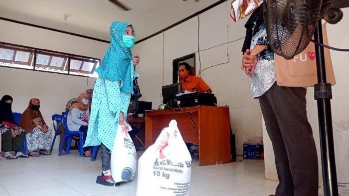 Distribusi Bantuan Sosial Beras 2021 di Kantor Pos Indonesia Cabang Malinau, Kecamatan Malinau Kota, Kabupaten Malinau, Provinsi Kalimantan Utara, beberapa waktu lalu.