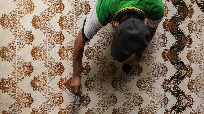 Proses pewarnaan batik menggunakan teknik coledan yang dilakukan Sonny Lolong, salah satu pengrajin batik di Kota Tarakan