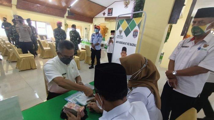 Wali Kota Tarakan saat menyalurkan zakatnya di lembaga resmi Baznas Kota Tarakan dan serentak bersama unsur forkopimda, BUMN/BUMD, perbankan, BI, Rabu (5/5/2021).