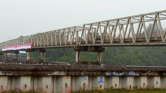 Meriahkan HUT ke-76 RI, Komunitas di Bulungan Bentangkan Bendera 76 Meter di Jembatan Sei Kayan