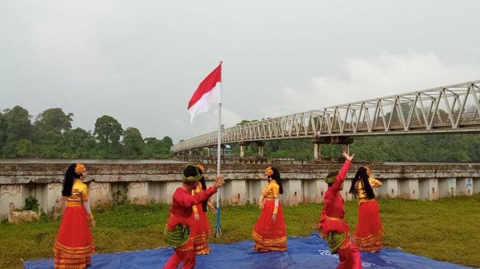 Pembentangan bendera Merah Putih sepanjang 76 Meter di Jembatan Sei Kayan dalam rangka memperingati HUT RI ke-76, Selasa (17/8/2021)