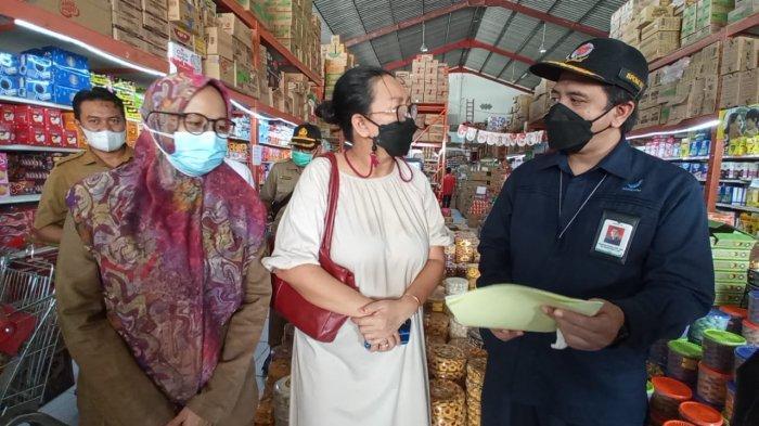 Suasana pengawasan sarana distribusi pangan olahan oleh BPOM Tarakan, Dinkes Bulungan dan Disperindag Bulungan, bertempat di salah satu swalayan di Tanjung Selor