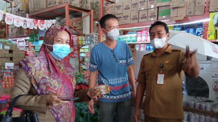 Suasana pengawasan sarana distribusi pangan olahan oleh BPOM Tarakan, Dinkes Bulungan dan Disperindag Bulungan di salah satu swalayan di Tanjung Selor, Bulungan.