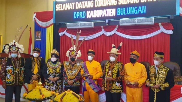 Bupati Bulungan Syarwani dan Wakil Bupati Ingkong Ala saat foto bersama dengan jajaran anggota DPRD Kabupaten Bulungan di Ruang Sidang Datu Adil Senin (11/10/2021).