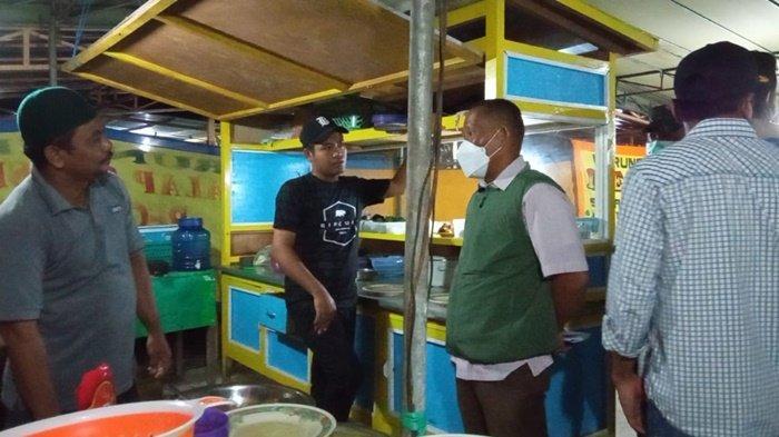 Bupati Bulungan, Syarwani saat menyosialisasikan Pengetatan PPKM Mikro kepada pedagang di Pujasera, Tanjung Selor, Selasa (6/7/2021) Malam. (TRIBUNKALTARA.COM / MAULANA ILHAMI FAWDI)