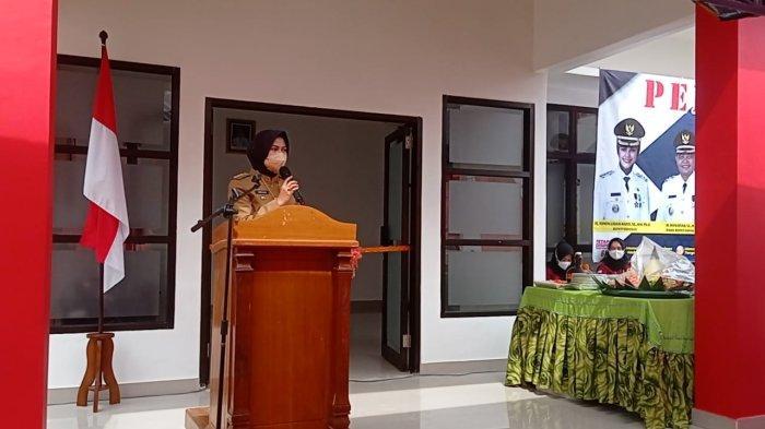 Bupati Nunukan Asmin Laura menggunting pita sebagai tanda peresmian gedung PCR di RSUD Nunukan, Senin (11/10/2021), pagi.
