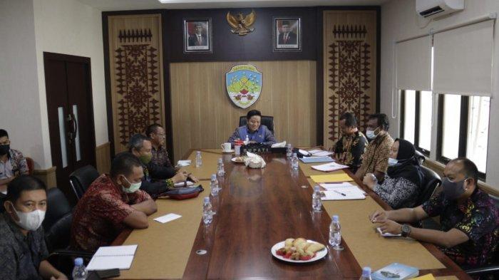 Bupati Tana Tidung, Ibrahim Ali saat rapat koordinasi bersama jajaran PDAM Akiyambir Tana Tidung, Kamis (1/7/2021) kemarin.