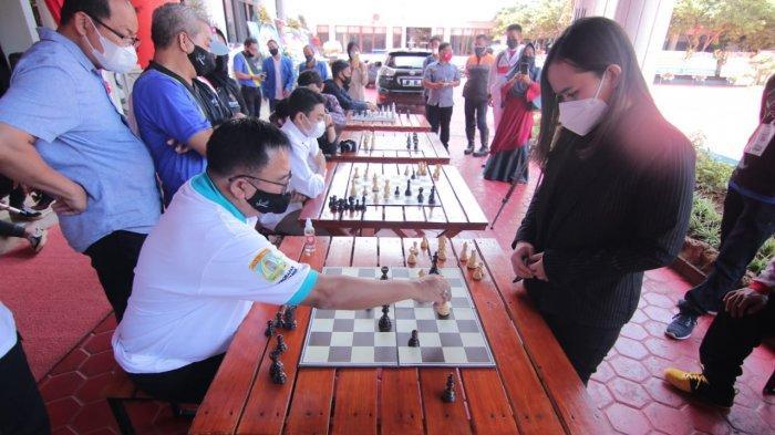 Pecatur Chelsie Monica Sihite melakukan pertandingan melawan 10 pecatur sekaligus, termasuk Wali Kota Balikpapan Rizal Effendi.