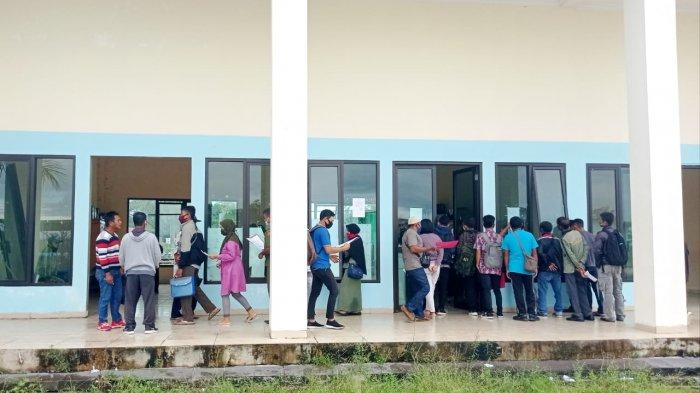 Masyarakat di Kabupaten Malinau saat memeriksa pengumuman formasi CPNS di Kantor BKPP Malinau, Kabupaten Malinau, Provinsi Kalimantan Utara, beberapa waktu lalu.