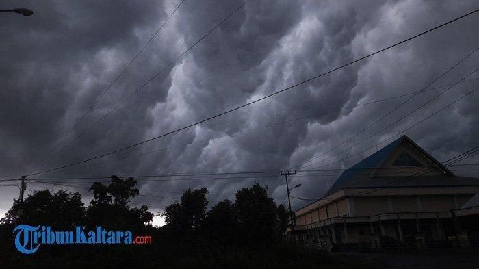 Prakiraan Cuaca Sabtu 17 April 2021, 17 Wilayah Potensi Hujan Lebat Disertai Petir dan Angin Kencang