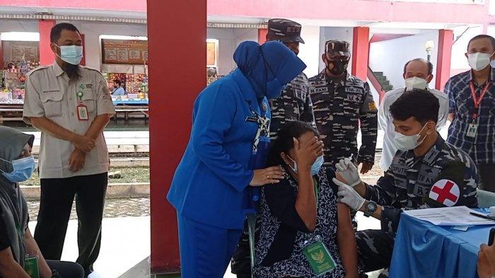 Lanal Nunukan Gelar Vaksinasi Covid-19 Massal bagi 130 PMI, Letkol Laut Eko: Mereka Saudara Kita