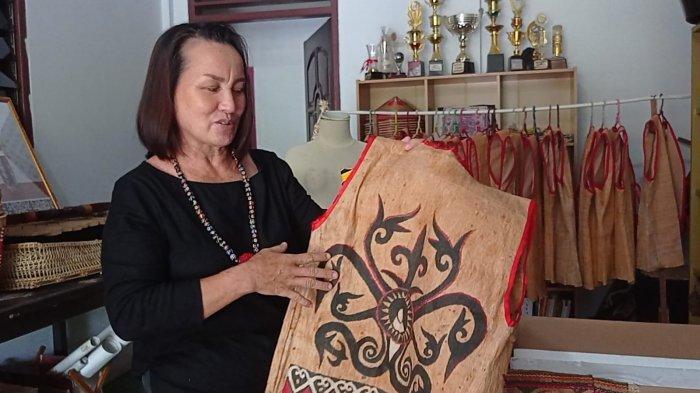 Dorma memperlihatkan hasil kerajinan tangan khas Dayak Lundayeh yang terbuat dari kulit kayu dan dihiasi duri Landak dan bulu burung Enggang, Minggu (12/09/2021), pagi