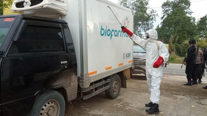 Dengan pengawalan ketat, 10.680 dosis vaksin Sinovac tiba di Gudang Farmasi, Dinkes Kaltara, Tanjung Selor, Selasa (5/1/2021). Tampak penyemprotan disinfektan kepada kendaraan pembawa Vaksi Corona. ( TRIBUNKALTARA.COM / MAULANA ILHAMI FAWDI )