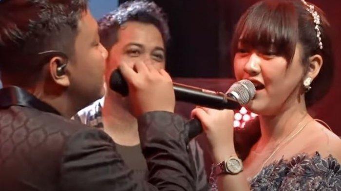 Detik-detik Denny Caknan Panggil Happy Asmara ke Atas Panggung, 'Mbok Sing Romantis Koyo Liyane'