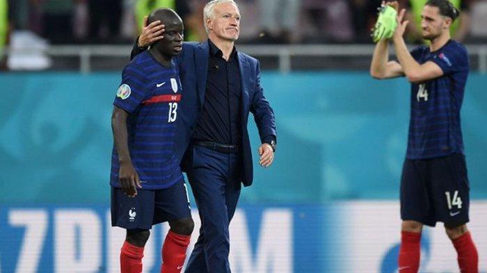 Didier Deschamps dan N'Golo Kante setelah Prancis dikalahkan Swiss pada babak 16 besar Euro 2020, Selasa, (29/6/2021). (ESPN)