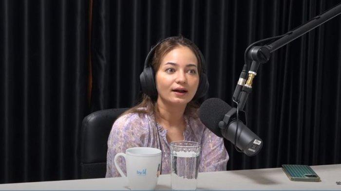 Enzy Storia saat menceritakan kekhawatirannya tidak bisa memiliki keturunan karena sakit autoimun