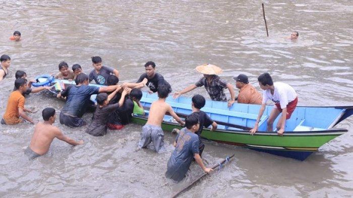 Evakuasi dua bocah yang tewas tenggelam di Sungai Karang Mumus, Samarinda, Kamis (8/7/2021)