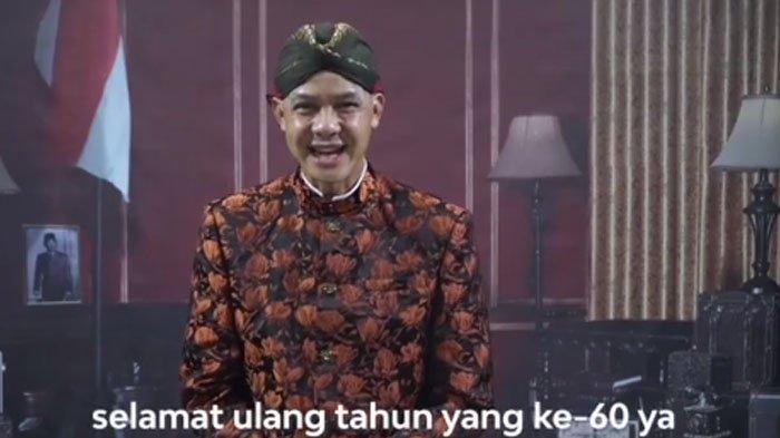 Intip Gaya Ganjar Pranowo Ucapkan Selamat Ulang Tahun kepada Jokowi, Pakai Blankon dan Beskap