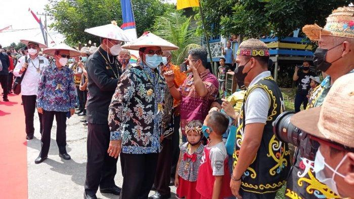 Kunjungan rombongan Gubernur Kalimantan Utara Zainal Arifin Paliwang di Desa Loreh, Kecamatan Malinau Selatan, Kabupaten Malinau, Provinsi Kalimantan Utara, Sabtu (17/4/2021).