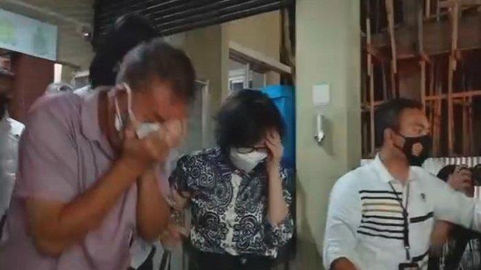 Heriyanti, putri mendiang pengusaha Akidi Tio keluar dari gedung Ditreskrimum Polda Sumsel pada Senin 2 Agustus 2021 pukul 21.57 WIB malam bersama suami dan anaknya.