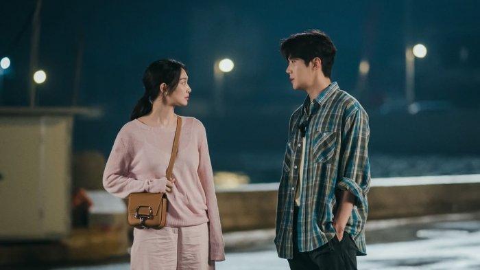 Sinopsis Hometown Cha-Cha-Cha Episode 4 Minggu Malam Ini, Doo Sik Makin Dekat dengan Hye Jin