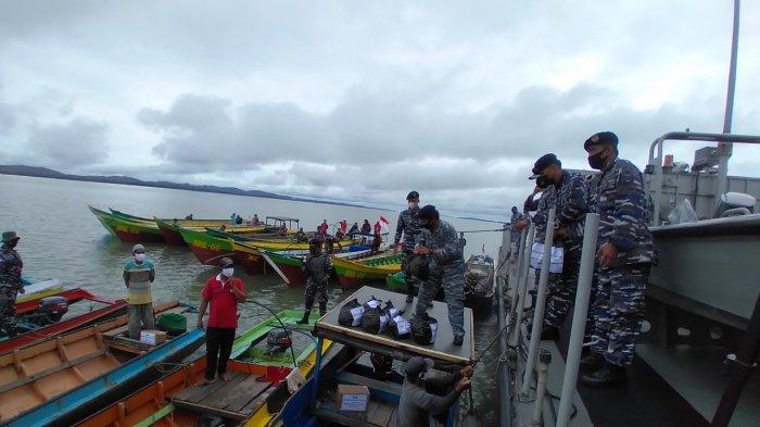 HUT TNI AL, Lanal Nunukan Gelar Pengobatan Massal & Bagi Sembako untuk Masyarakat Nelayan Mamolo