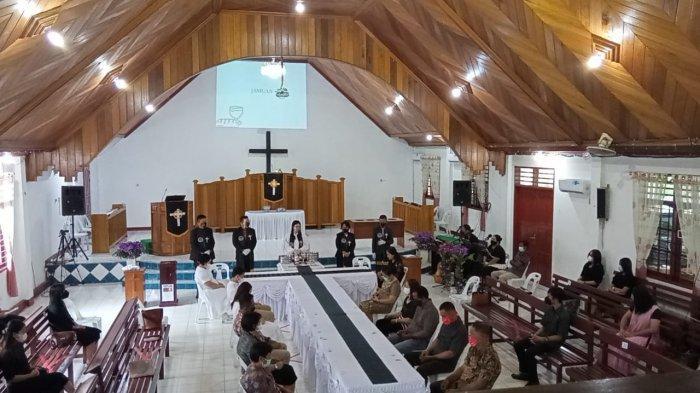 Hari Jumat Agung, di Gereja GPIB Maranatha Jalankan Ibadah Perjamuan Kudus Secara Bergantian