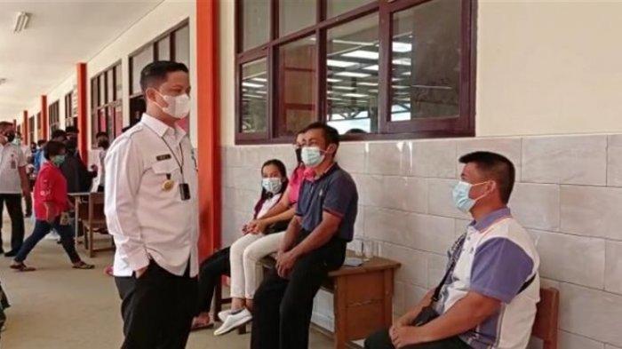 Bupati Kabupaten Tana Tidung, Ibrahim Ali saat monitoring pelaksanaan vaksinasi Covid-19 di SDN 001 Tana Tidung, Rabu (14/7/2021) (TRIBUNKALTARA.COM / RISNAWATI)