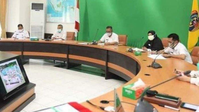 Wali Kota Tarakan dr.Khairul, M.Kes menerima laporan dari Dirut RSUKT Tarakan, dr.Joko Hariyanto