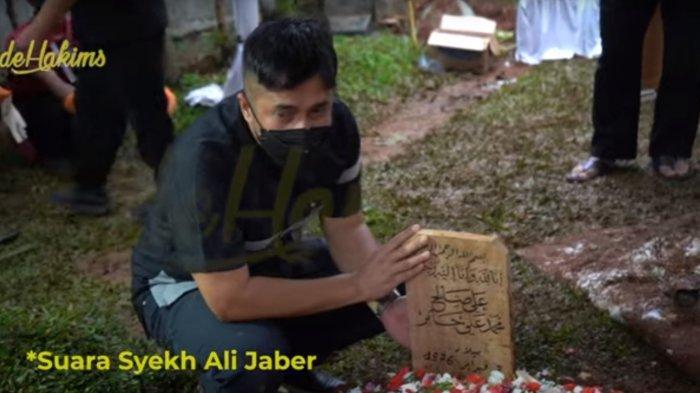 Irfan Hakim Terisak di Pusara Syekh Ali Jaber saat Pemakaman